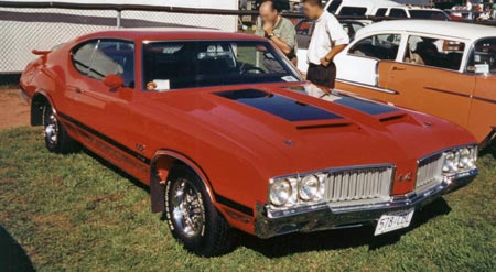1970 442s have bold vertical column grilles and if W30 equipped the hood has twin scoops with hood locks.
