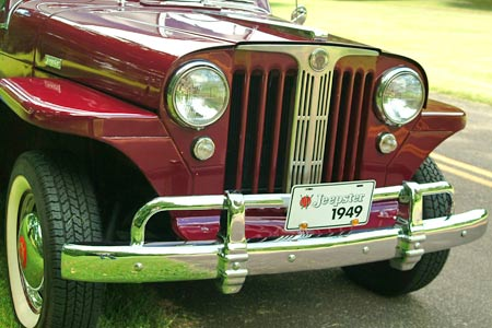 A fairly generous mixture of chrome plating and stainless steel trim gave the front of the Jeepster some extra bling.