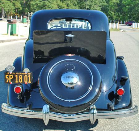 Este punto de vista trasera del coche muestra la simetría de sus líneas, empezando por el techo y trabajar su camino hasta el tope.