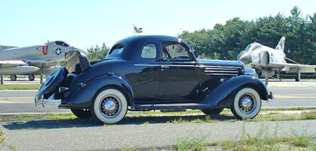 Guardado se convierta en una barra de la calle, el '35 restaurado DU Coupe es un buen observador.