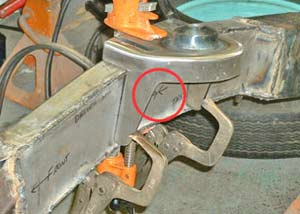 The spring/A-arm housing has to be located on the centerline and clamped well. Arrows mark the centerline (in the red circle).